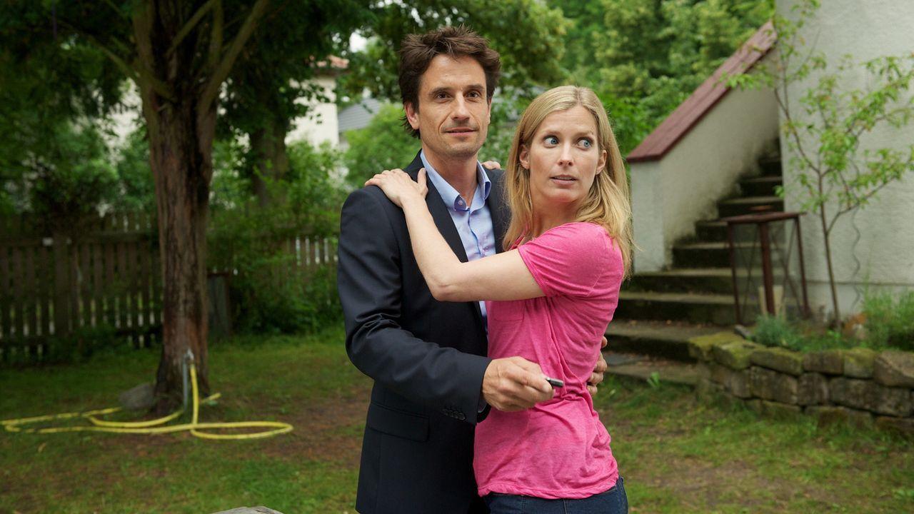 Jan (Oliver Mommsen, l.) kann sich das seltsame Verhalten seiner Frau nicht erklären, schiebt es zunächst auf ihre Überarbeitung. Doch nachdem sich... - Bildquelle: Marc Meyerbroeker SAT.1