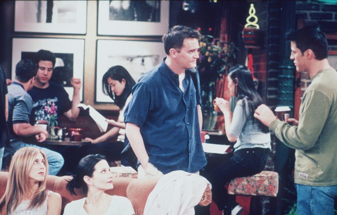 Joey (Matt LeBlanc, r.) hat eine Rolle beim Film bekommen, aber Chandler (Matthew Perry, M.) glaubt nicht an den großen Durchbruch seines Freundes. - Bildquelle: TM+  2000 WARNER BROS.