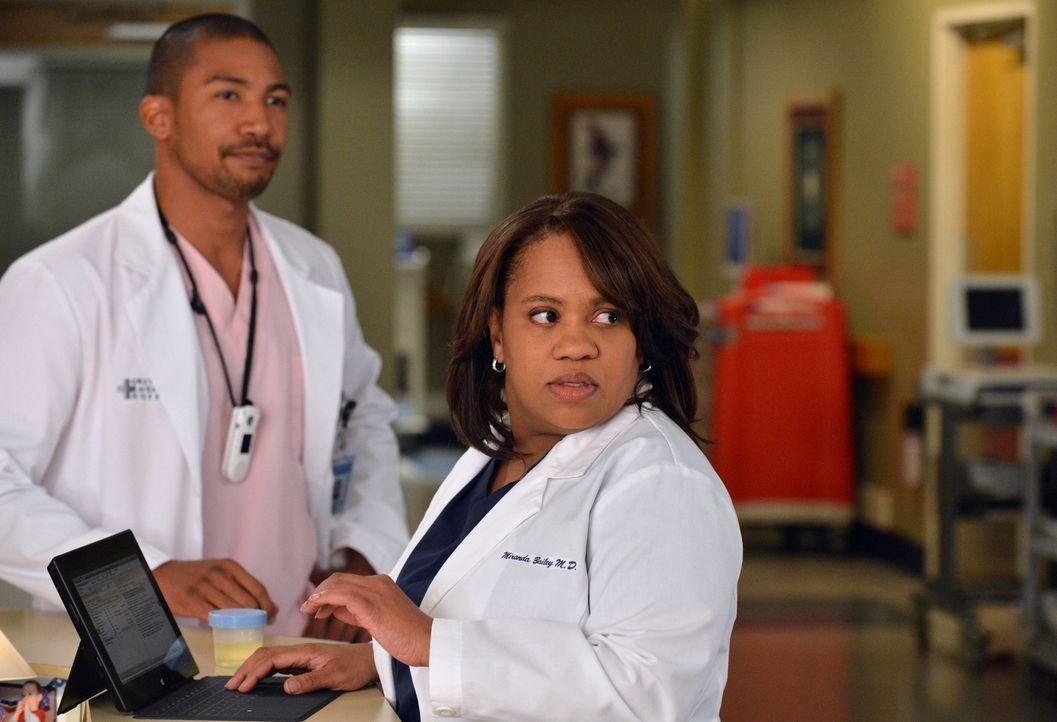 Jason (Charles Michael Davis, l.) werden ständig Streiche gespielt und dann macht er sich auch vor Miranda (Chandra Wilson, r.) noch völlig lächerli... - Bildquelle: ABC Studios