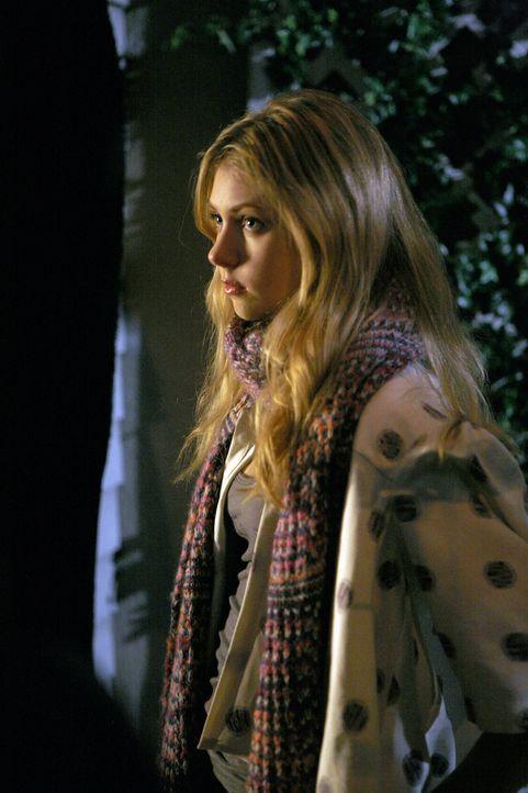 Wie lange kann Jenny (Taylor Momsen) ihr Geheimnis noch verschweigen? Der Vorfall vom Maskenball beschäftigt das Mädchen noch immer ... - Bildquelle: Warner Brothers