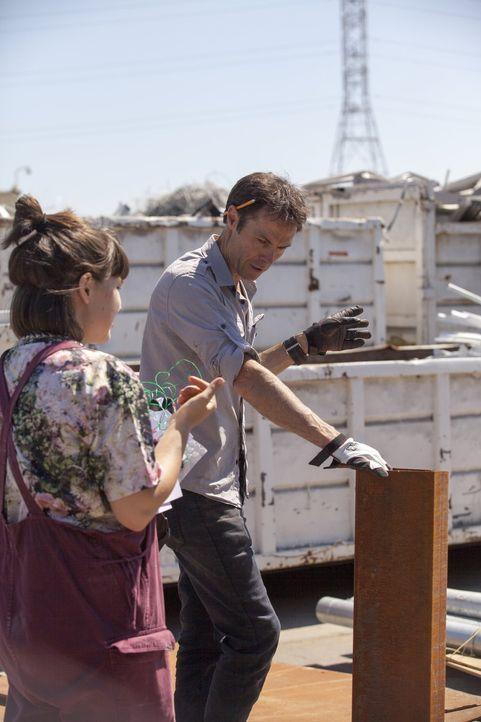 Katie (l.) und Karl (r.) überlegen ganz genau, was sie vom Schrottplatz gebrauchen könnten, um daraus Möbel zu zaubern, die die Jury überzeugen ...... - Bildquelle: 2015 Warner Bros.