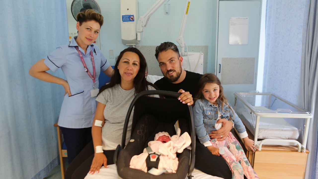 (v.l.n.r.) Emma Willis; Bea; Baby Rayana; Turk; Sienna - Bildquelle: Luis Mengo All rights reserved.