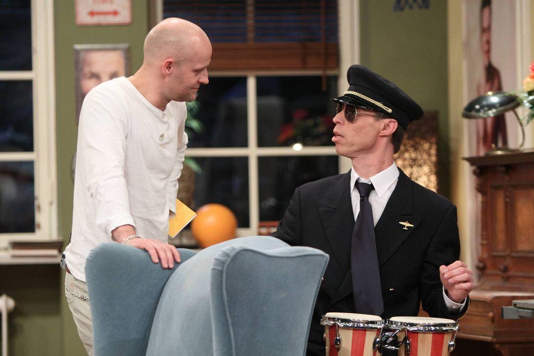 Maddin (r.) hat es satt, mobile Heimsaunen zu verkaufen. Und jetzt will er Pilot werden! Eine coole Uniform, hübsche Flugbegleiterinnen und man sieh... - Bildquelle: Frank Hempel SAT.1