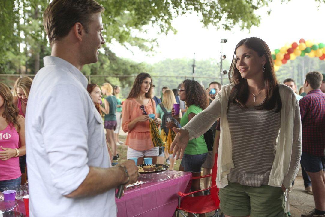 Als Alaric (Matt Davis, l.) auf einer Studenten-Party die charmante Jo (Jodi Lyn O'Keefe, r.) trifft, wird ihm bewusst, wie sehr sich sein Leben ver... - Bildquelle: Warner Bros. Entertainment, Inc