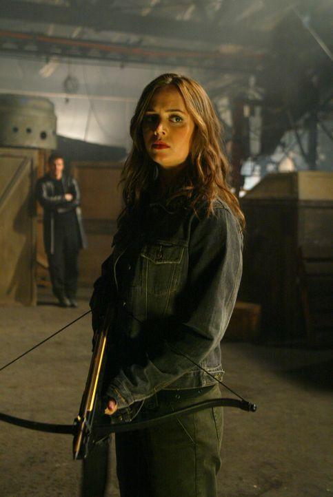 Als sie Angelus (David Boreanaz, l.) gefunden hat, trifft Faith (Eliza Dushku, r.) auch auf das Biest - wird es sie töten? - Bildquelle: The WB Television Network