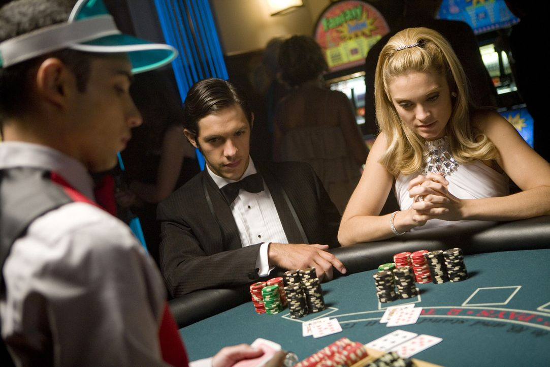 Die Verbindung organisiert eine Casino-Nacht, bei der Black Jack gespielt wird und man 2000 Dollar gewinnen kann. Max (Michael Rady, M.) und Casey (... - Bildquelle: 2008 ABC Family