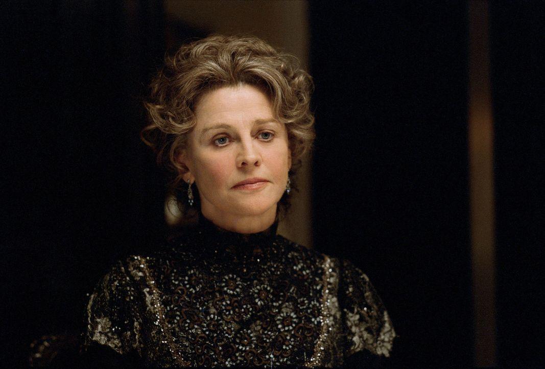 Gegen den Willen von Sylvias strenger Mutter (Julie Christie) und die Vorbehalte seiner eigenen Frau freundet sich Barrie mit Sylvia und ihren Kinde... - Bildquelle: Miramax Films. All rights reserved
