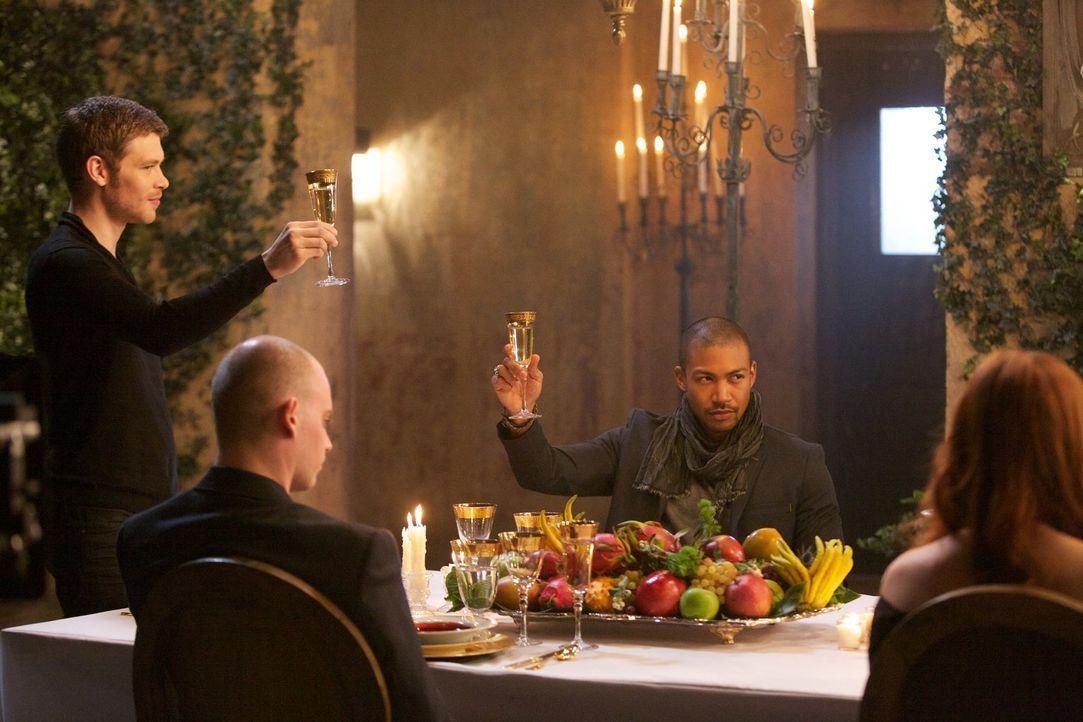 Marcel (Charles Davis, l.) ist verwundert, als Klaus (Joseph Morgan, l.) ihn in seine neuen Machenschaften einweiht, und ahnt Böses ... - Bildquelle: Warner Bros. Television