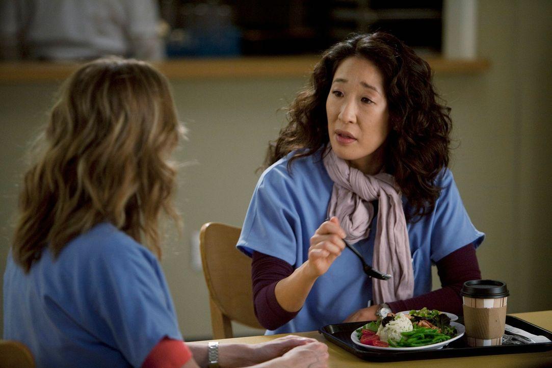 Während Izzie plötzlich im Seattle Grace wieder auftaucht und mit einer Bitte an Meredith (Ellen Pompeo, l.) herantritt, ist Cristina (Sandra Oh, r.... - Bildquelle: Touchstone Television