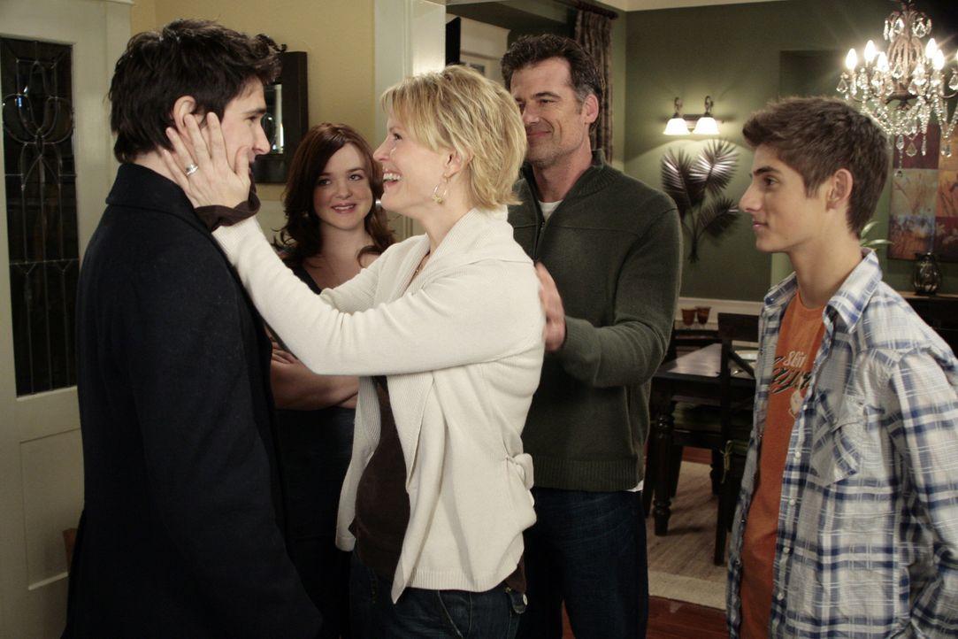 Plötzlich ist Kyle (Matt Dallas, l.) wieder da. Nicole (Marguerite MacIntyre, M.), Stephen (Bruce Thomas, 2.v.r.), Lori (April Matson, 2.v.l.) und... - Bildquelle: TOUCHSTONE TELEVISION