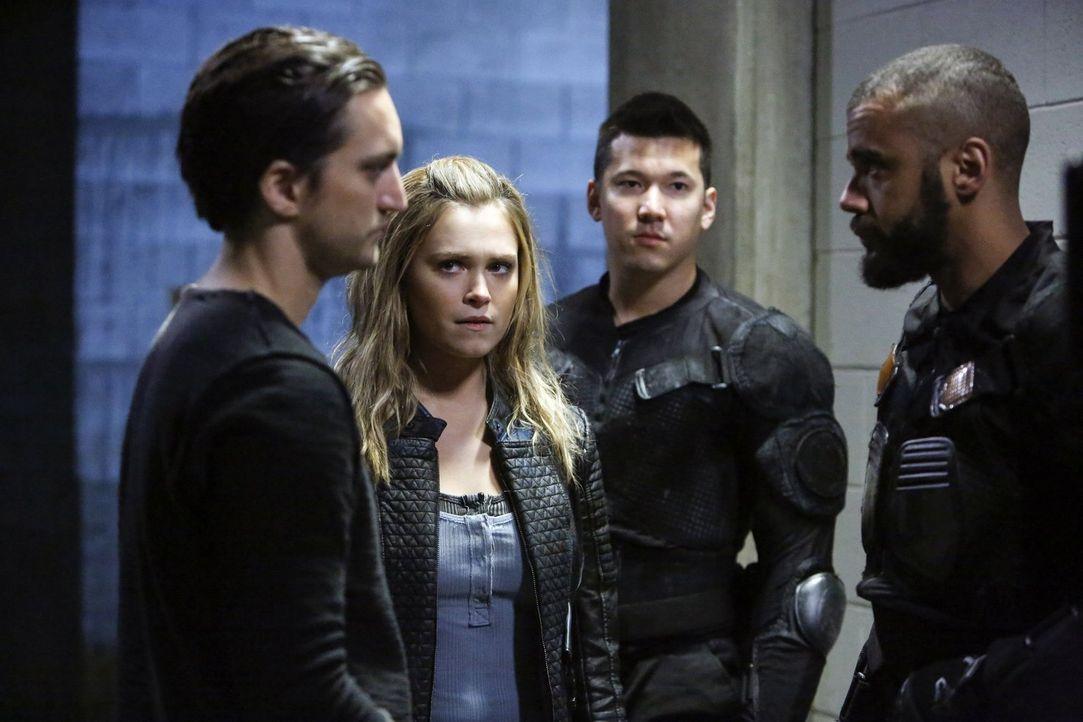 Clarke (Eliza Taylor, 2.v.l.) muss mit den Konsequenzen ihres Vorgehens zurechtkommen und wird schließlich erneut vor eine lebenswichtige Entscheidu... - Bildquelle: 2016 Warner Brothers