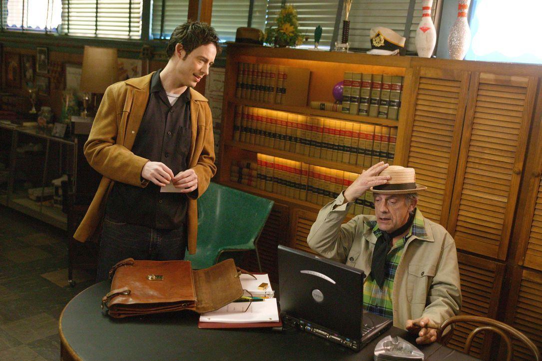 Nachdem der eigentliche Plan von Burt Kiffle (Christopher Lloyd, r.) fehlgeschlagen ist, soll Eds (Tom Cavanagh, l.) Bowlingcenter als Drehort herha... - Bildquelle: Paramount