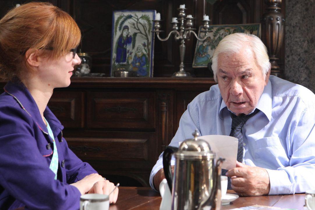 Verheimlicht Benoît Merlin (Michel Galabru, r.) wichtige Informationen vor Chloé (Odile Vuillemin, l.)? - Bildquelle: 2011 BEAUBOURG AUDIOVISUEL