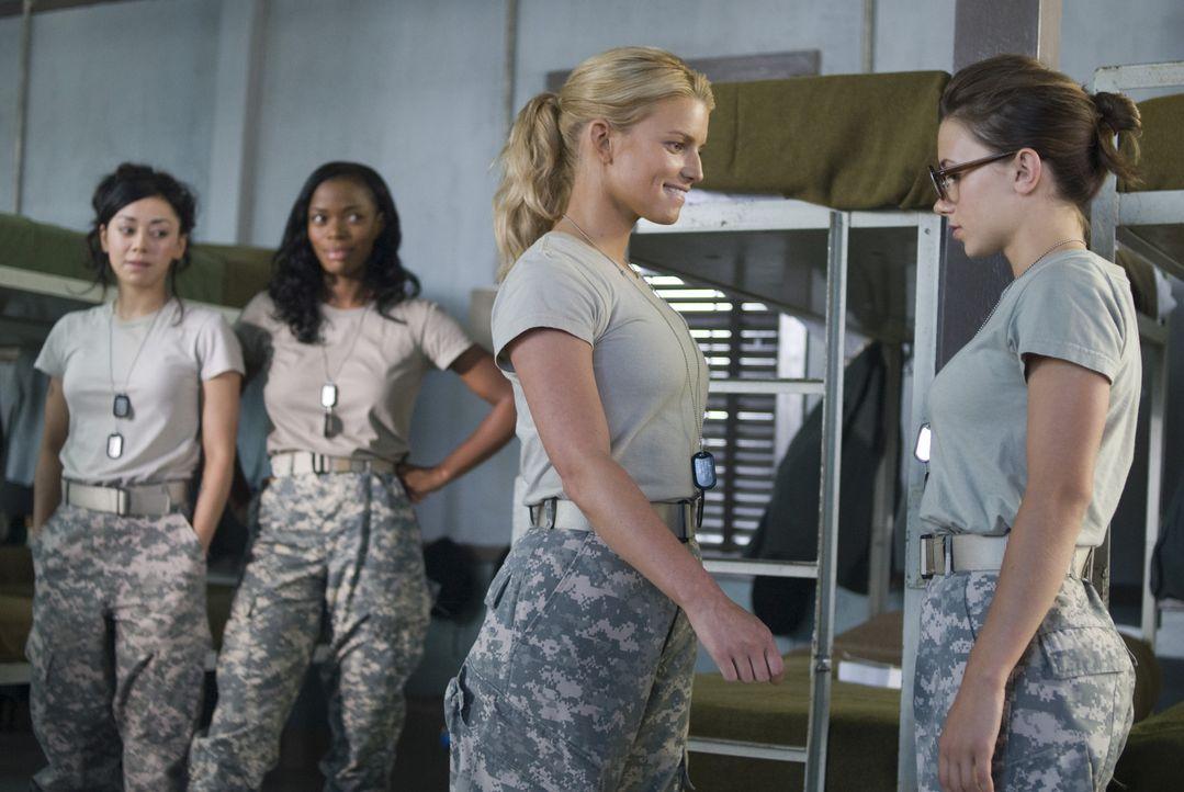 Die Kadetten Castillo (Aimee Garcia, l.) und Johnson (Jill Marie Jones, 2.v.l.) sind überrascht, dass Megan Valentine (Jessica Simpson, 2.v.r.) ihre... - Bildquelle: 2007 MAJOR PRODUCTIONS, INC.