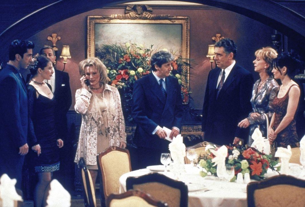 Ross' (David Schwimmer, l.) Hochzeit scheint unter keinem guten Stern zu stehen: Die Vorbereitungen treiben Emily fast in den Wahnsinn. - Bildquelle: TM+  2000 WARNER BROS.