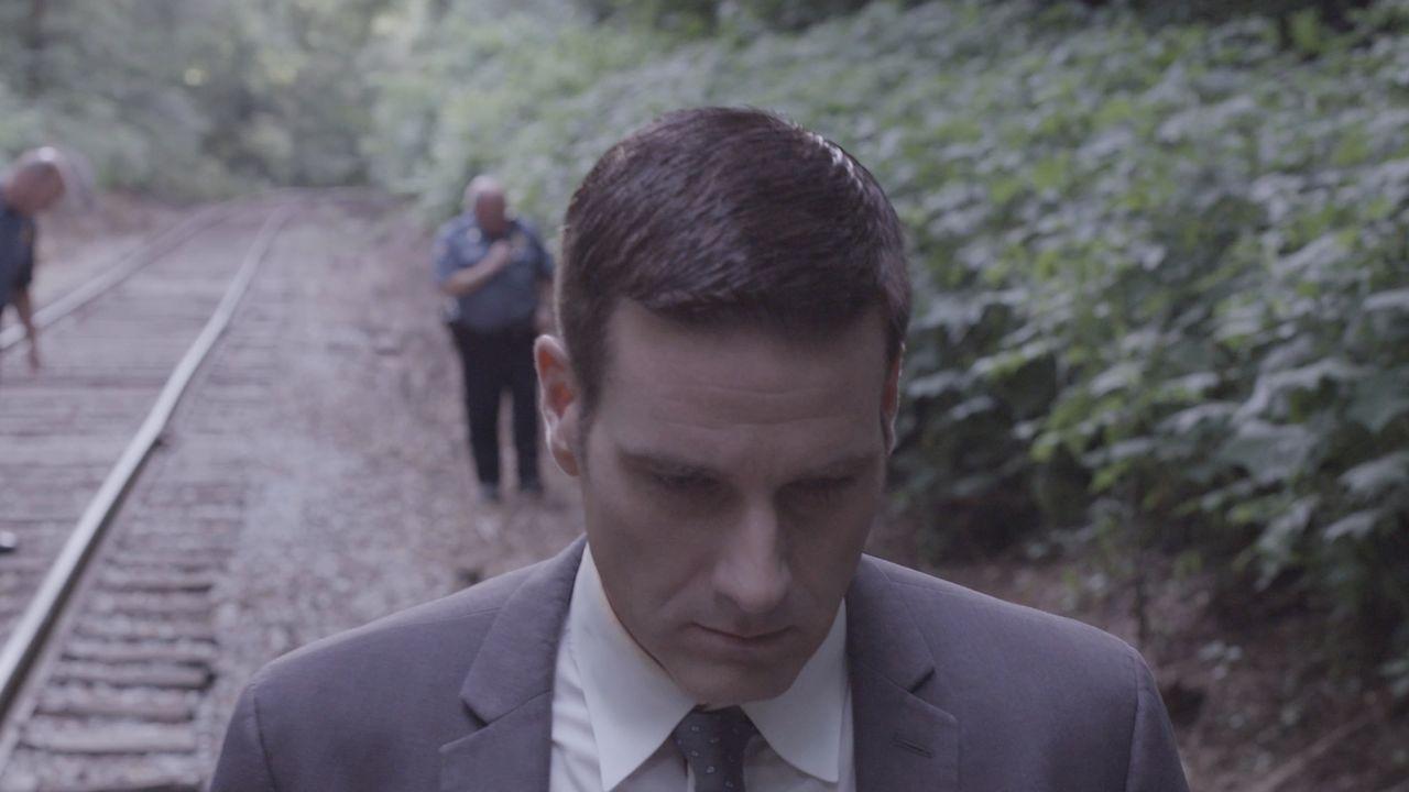 Lieutenant Joe Kenda (Carl Marino, vorne) steht vor einem schaurigen Familiengeheimnis. Auf den Schienen einer einsamen Zugstrecke wird eine enthaup... - Bildquelle: MMXV DISCOVERY COMMUNICATIONS, LLC.