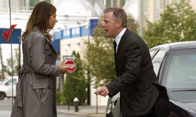 Was ist nur mit Terry D'Amico (Callie Thorne, l.) und Toby Gregson (Aidan Quinn, r.) los? - Bildquelle: CBS Television
