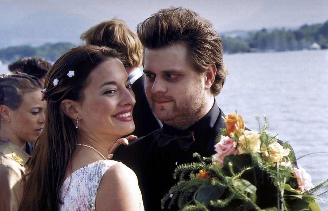 Auf Annes Hochzeit finden die zwei Romantiker Olli (Antoine Monot jr., r.) und Uli (Julia Dahmen, l.) zueinander ... - Bildquelle: ProSieben