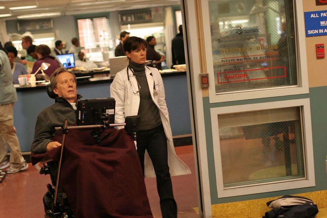 Abby (Maura Tierney, r.) versucht alles, um ihrem ehemaligen Professor (James Woods, l.) zu helfen ... - Bildquelle: Warner Bros. Television