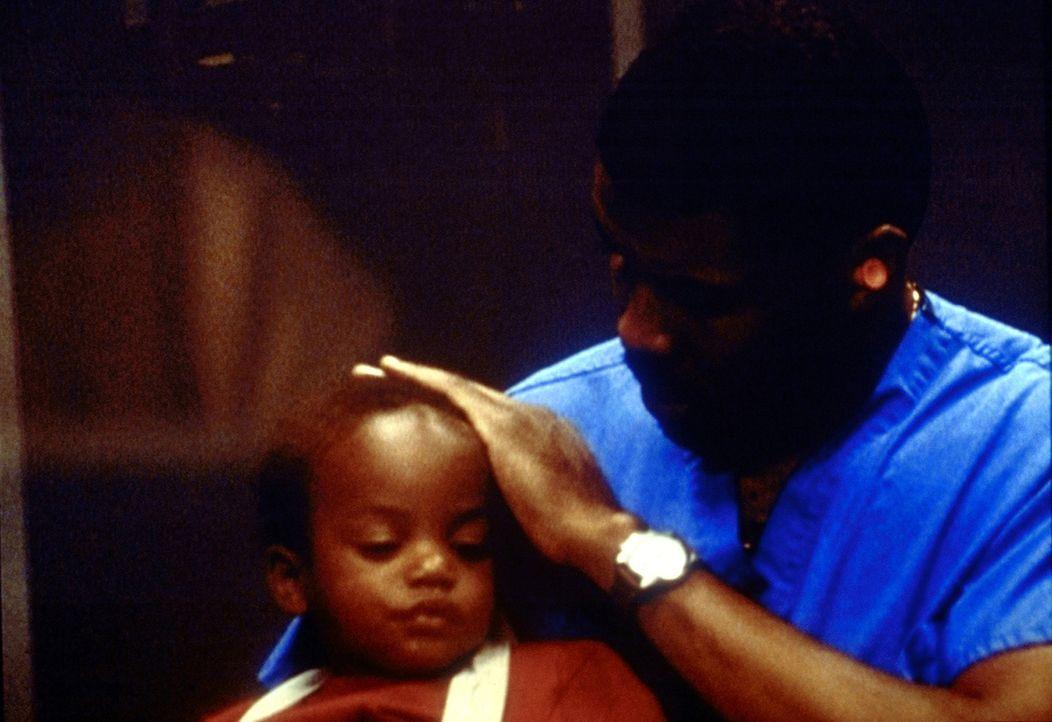 Entsetzt muss Benton (Eriq LaSalle) feststellen, dass sein Sohn Reese beim Hörtest nicht reagiert. - Bildquelle: TM+  2000 WARNER BROS.
