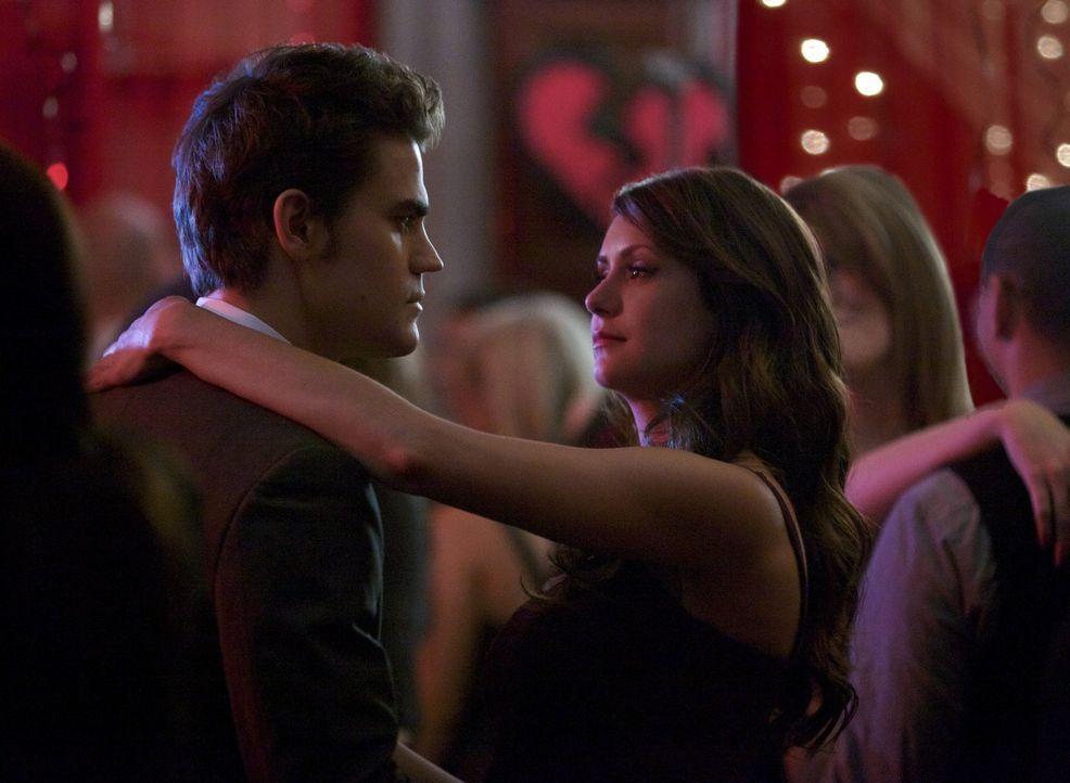 Auf der Party für gebrochene Herzen versucht Katherine (Nina Dobrev, r.), ihre Beziehung zu Stefan (Paul Wesley, l.) zu vertiefen, aber dieser glaub... - Bildquelle: Warner Brothers