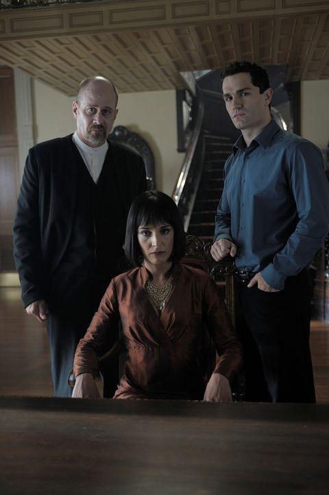 Hegeman (Terry Kinney, l.) hat einen ganz besonderen Auftrag von der Mutter (Deena Aziz, M.), damit aus Aidan (Sam Witwer, r.) ein anständiger Vamp... - Bildquelle: Phillipe Bosse Syfy Channel
