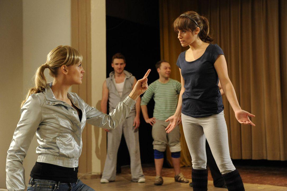 Flashback: Alexandra (Verena Mundhenke, l.) verkündet Bea (Vanessa Jung, r.) aufgebracht, dass Franziska verschwunden ist ... - Bildquelle: SAT.1