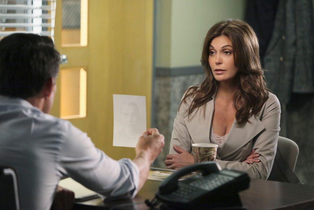 Als Chuck (Jonathan Cake, l.) sie zu einem Verhör über das Verschwinden von Alejandro ins Revier lädt, gerät Susan (Teri Hatcher, r.) in Panik und p... - Bildquelle: ABC Studios