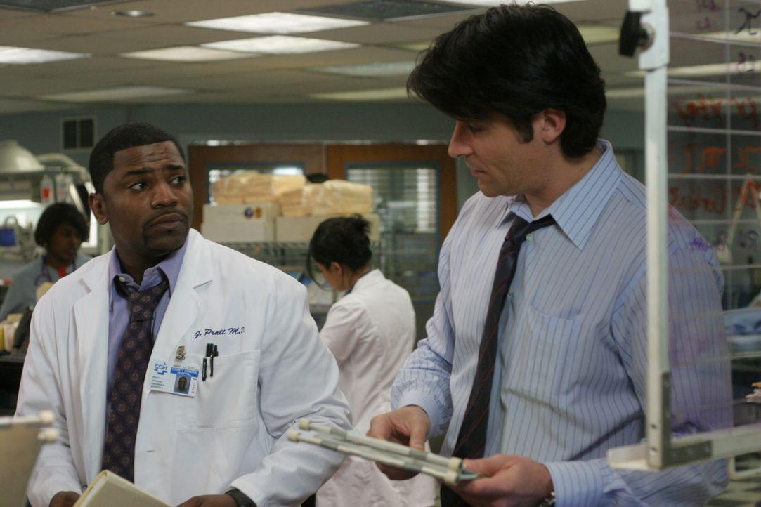 Während Pratt (Mekhi Phifer, l.) bei einer Patientin Brustkrebs diagnostiziert hat, die sich aber nicht behandeln lassen möchte, versuchen Abby und... - Bildquelle: WARNER BROS
