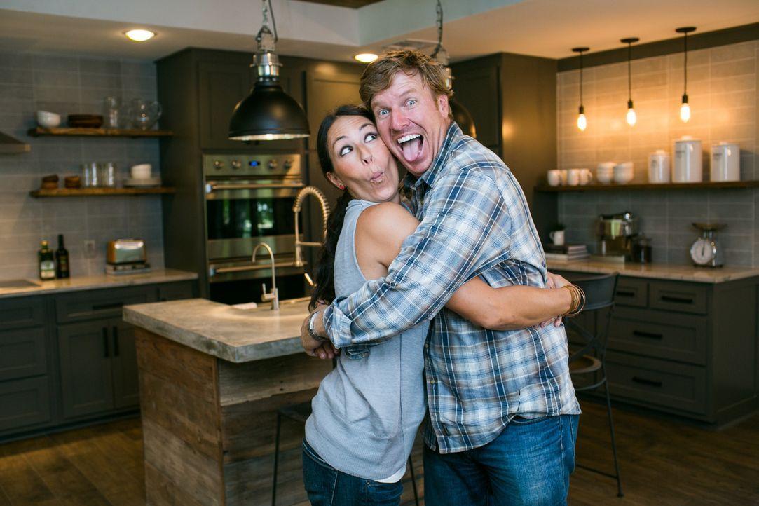 Was sich neckt, das liebt sich: Das Renovierungsehepaar Chip (r.) und Joanna (l.) sind immer für einen Spaß zu haben. Sie sind gespannt, wie ihr Umb... - Bildquelle: Rachel Whyte 2015, HGTV/ Scripps Networks, LLC.  All Rights Reserved.