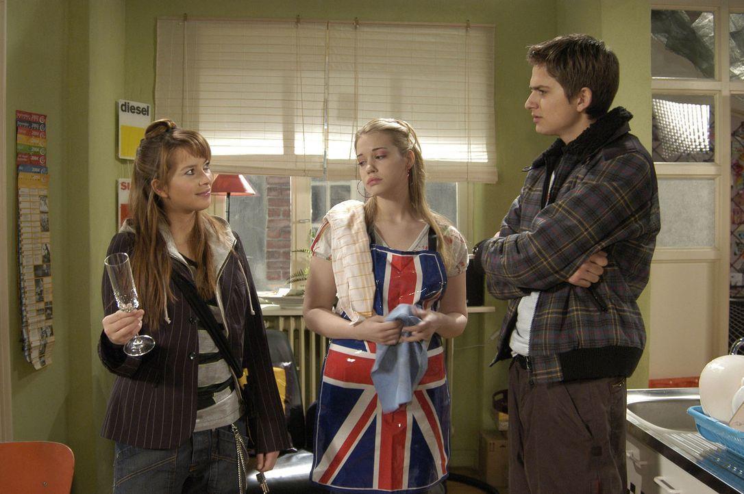 Eigentlich wollte Timo (Matthias Dietrich, r.) Hannah (Laura Osswald, l.) dabei helfen, Kim (Lara-Isabelle Rentinck, M.) aus der WG zu verbannen. Al... - Bildquelle: Sat.1