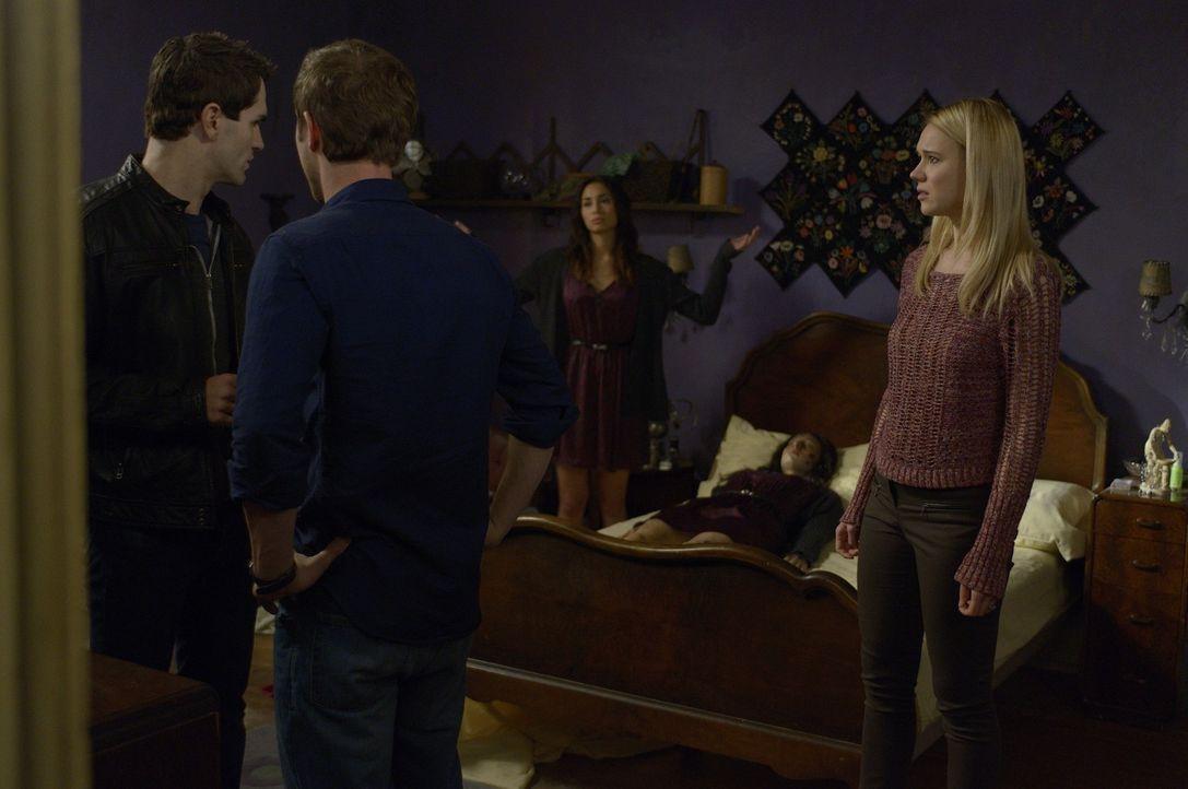 Josh (Sam Huntington, 2.v.l.), Nora (Kristen Hager, r.) und Aidan (Sam Witwer, l.) machen sich große Sorgen um Sally (Meaghan Rath, M.). Wird es ein... - Bildquelle: Phillipe Bosse 2013 B.H. 2 Productions (Muse) Inc. ALL RIGHTS RESERVED.