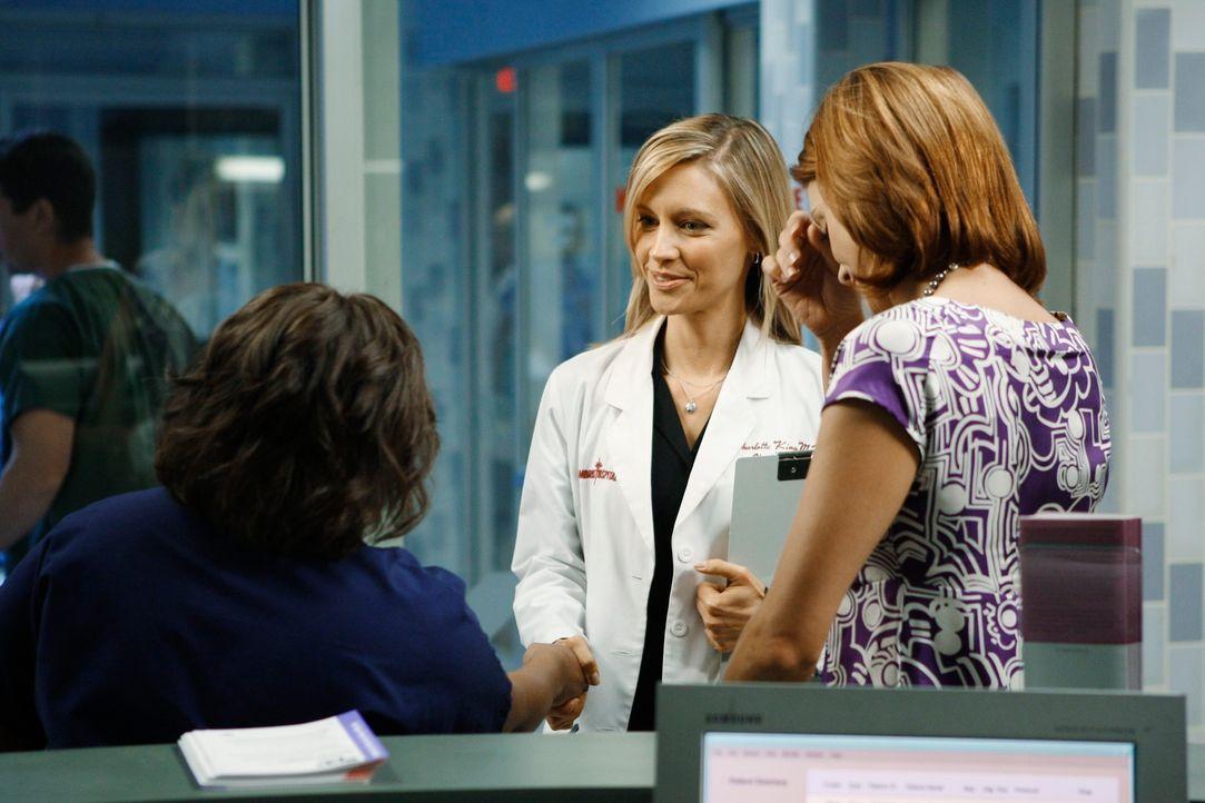 Gemeinsam kümmern sich Miranda (Chandra Wilson, l.), Addison (Kate Walsh, r.) und Charlotte (KaDee Strickland, M.) um Sarah, die eine Niere ihrer Sc... - Bildquelle: ABC Studios