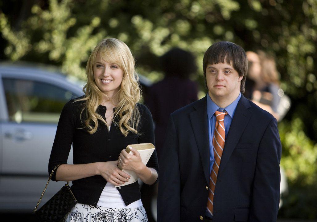 Graces (Megan Park, l.) kleiner Bruder Tom (Luke Zimmerman, r.) hat sich vor den Kameras schon verplappert - jetzt ist es an ihr, die Situation zu r... - Bildquelle: ABC Family