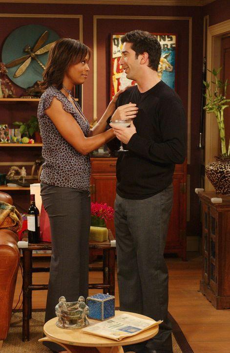 Obwohl sich Ross (David Schwimmer, r.) zu Charlie Wheeler (Aisha Tyler, l.) hingezogen fühlt, ist er doch auf Joey etwas eifersüchtig ... - Bildquelle: 2003 Warner Brothers International Television