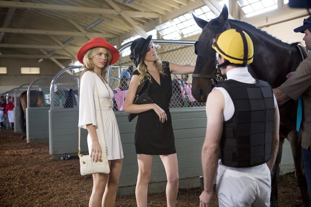 Was wird der Tag wohl für die Schwestern Naomi (AnnaLynne McCord, l.) und Jen (Sara Foster, r.) bringen? - Bildquelle: TM &   CBS Studios Inc. All Rights Reserved