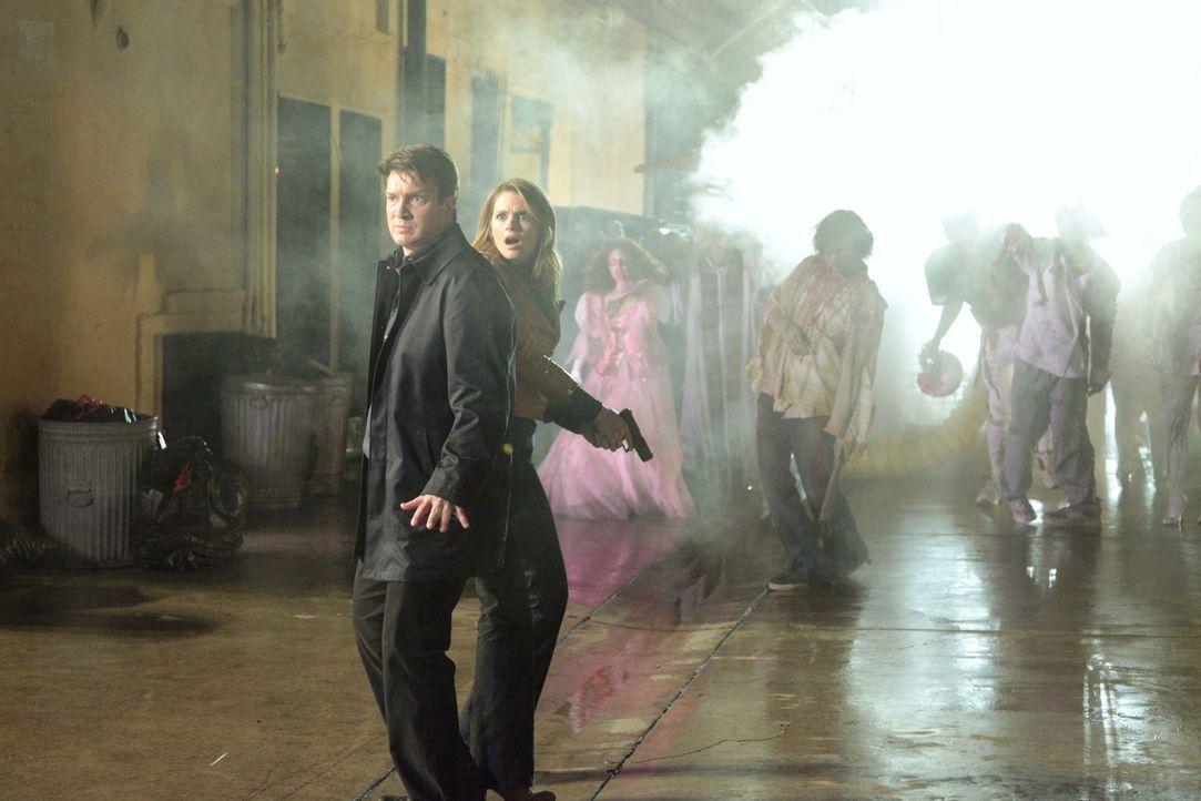 Richard Castle (Nathan Fillion, l.) und Kate Beckett (Stana Katic, 2.v.l.) werden von einer ganzen Horde Zombies umzingelt ... - Bildquelle: 2012 American Broadcasting Companies, Inc. All rights reserved.