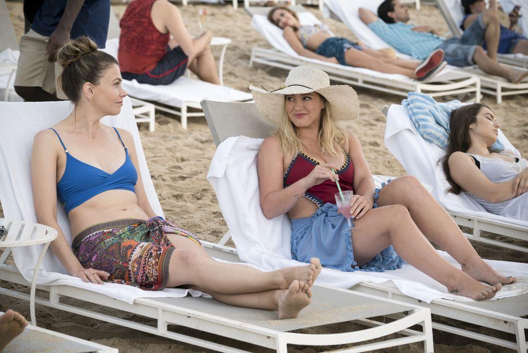 Liza (Sutton Foster, l.); Kelsey (Hilary Duff, r.) - Bildquelle: Hudson Street Productions Inc 2016