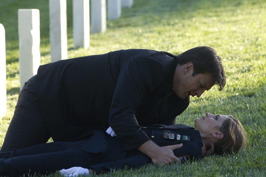 Während der Beerdigung eines Kollegen wird auf Kate Beckett (Stana Katic, r.) geschossen. Richard Castle (Nathan Fillion, l.) hat ihr noch etwas Wic... - Bildquelle: ABC Studios