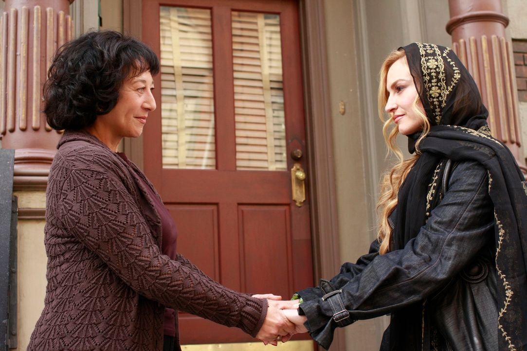 Angie (Drea de Matteo, r.) und Gabrielle reisen nach New York, um dort nach Ana und Danny zu suchen. Bei Angies Mutter Rose (Suzanne Costallos, l.)... - Bildquelle: ABC Studios