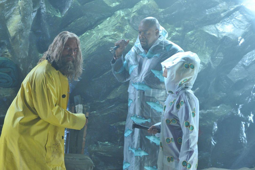 Leuchtturmwärter Merle (David Koechner, l.) wurde nicht ermordet - er versteckte sich in einer Höhle. Emerson (Chi McBride, M.) und Olive (Kristin... - Bildquelle: Warner Brothers
