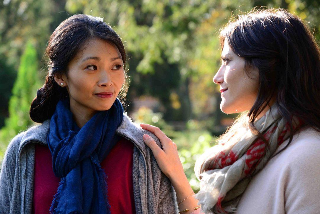 Haben Lisa (Bettina Zimmermann, r.) und Li (Linda Chang, l.) eine Chance, trotz unterschiedlicher Erziehungsmodelle und Lebensweisen ihre Streitaxt... - Bildquelle: Christiane Pausch SAT.1