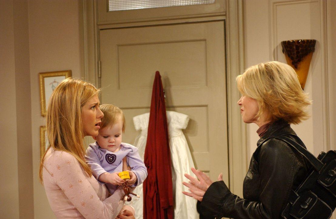 Um Rachel (Jennifer Aniston, l.) einen Gefallen zu tun, übernimmt Amy (Christina Applegate, r.) das Babysitten von Emma. - Bildquelle: 2003 Warner Brothers International Television