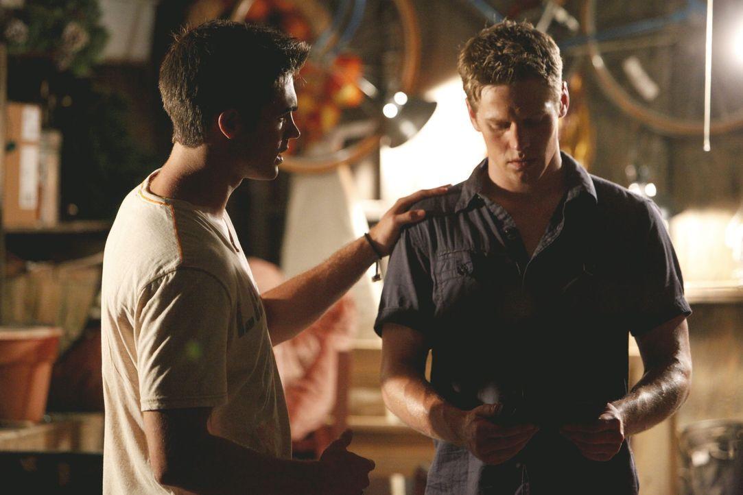 Jeremy Gilbert (Steven R. McQueen, l.) bittet Matt (Zach Roerig, r.), ihm dabei zu helfen, mit Vicki in Kontakt zu treten. - Bildquelle: © Warner Bros. Entertainment Inc.