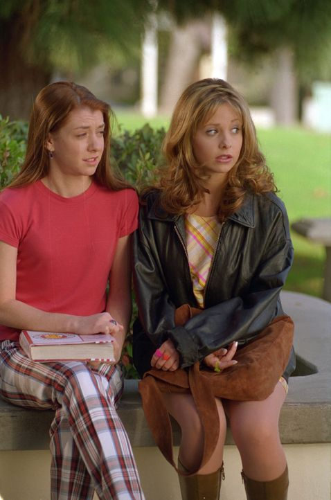 Willow (Alyson Hannigan, l.) und Buffy (Sarah Michelle Gellar, r.) machen sich Sorgen um ihren Lehrer, der spurlos verschwunden ist. - Bildquelle: TM +   2000 Twentieth Century Fox Film Corporation. All Rights Reserved.