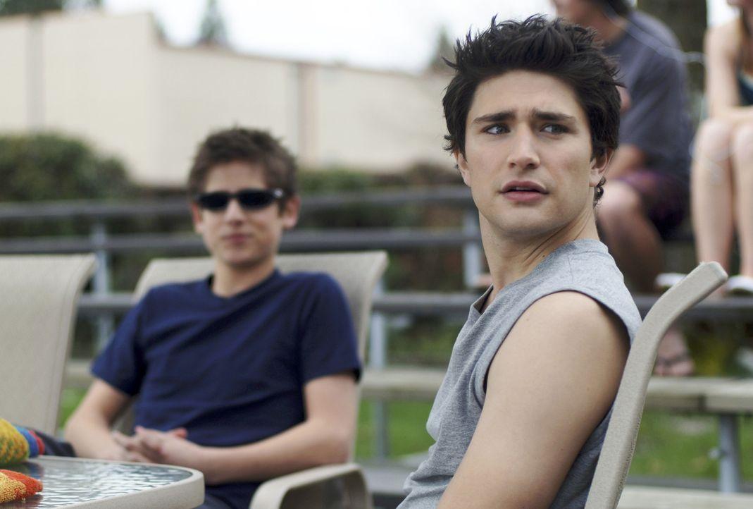 Genießen einen Tag beim baden: Kyle (Matt Dallas, r.) und Josh (Jean-Luc Bilodeau, l.) ... - Bildquelle: TOUCHSTONE TELEVISION