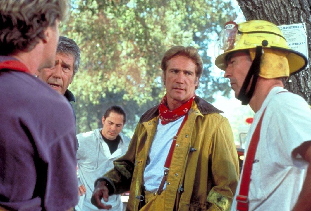 Steve (Barry Van Dyke, 2.v.r.) bespricht mit den Feuerwehrmännern den Einsatz. - Bildquelle: Viacom