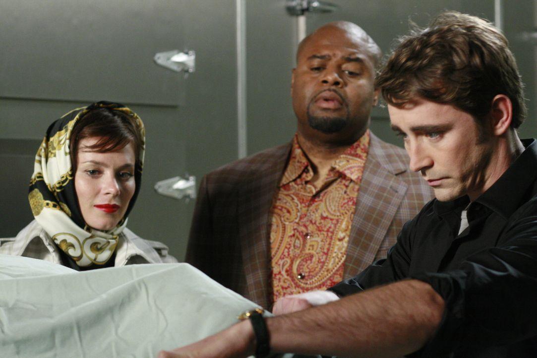 Chuck (Anna Friel, l.), Ned (Lee Pace r.) und Emerson Cod (Chi McBride, M.) haben nur eine Minute Zeit, um vom Toten alles über seinen Mörder zu erf... - Bildquelle: Warner Brothers