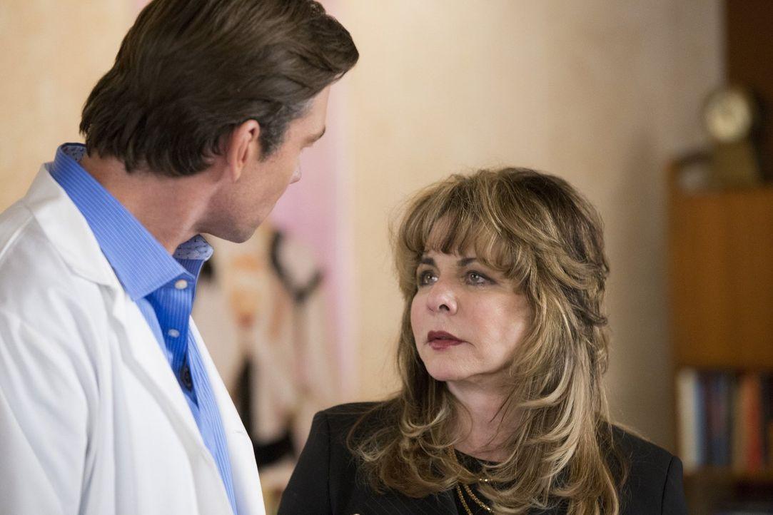 Anwältin Brenda (Stockard Channing, r.) ist wohl nicht die beste in ihrem Job, denn erst nach ihrer Aussage wird ihr Klient John (Jerry O'Connell, l... - Bildquelle: 2015 Warner Bros. Entertainment, Inc.