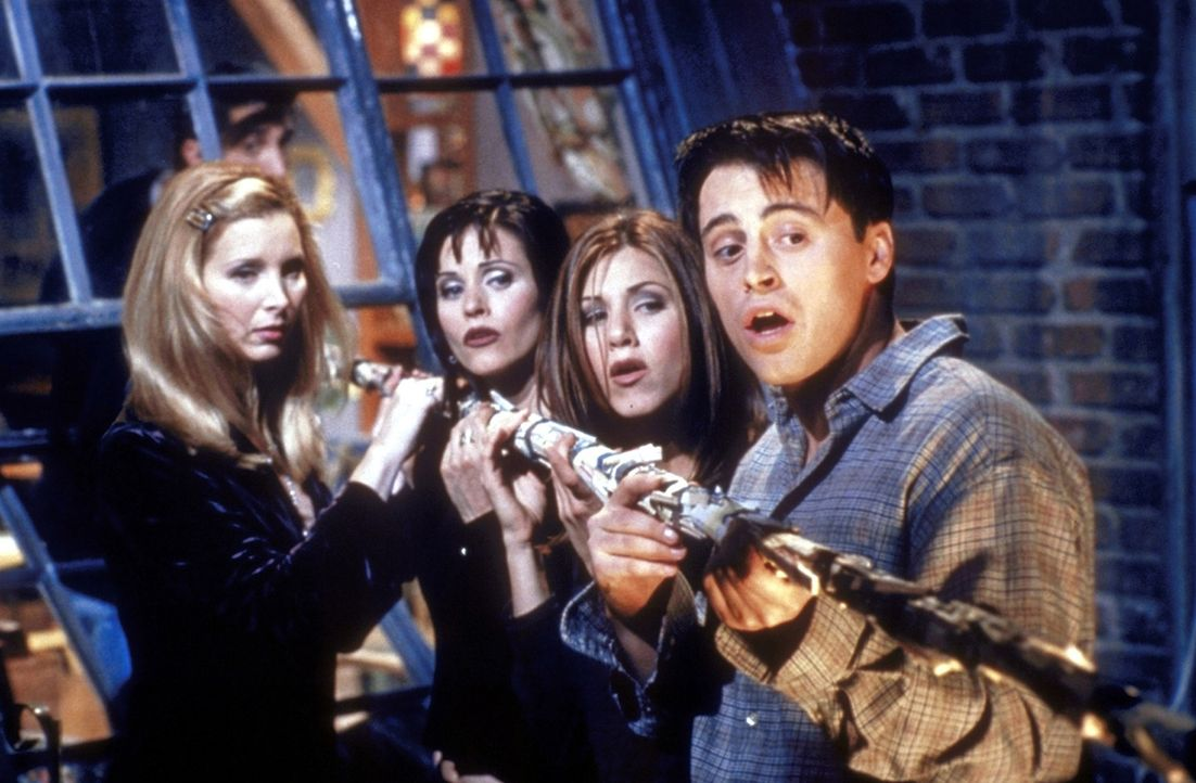 (v.l.n.r.) Die Freunde Phoebe (Lisa Kudrow), Monica (Courteney Cox), Rachel (Jennifer Aniston) und Joey (Matt LeBlanc) wollen wissen, ob der nackte... - Bildquelle: TM+  2000 WARNER BROS.